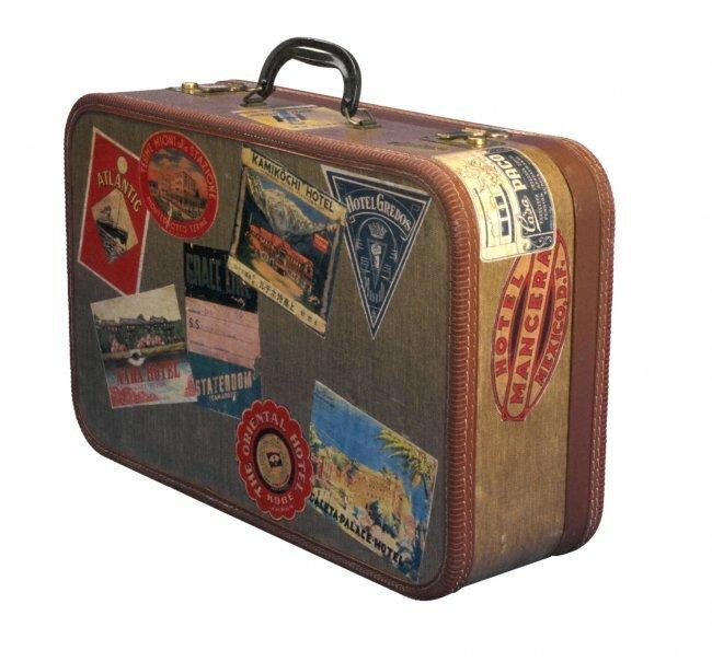 Таинственный чемодан.  Наверно он побывал во многих странах.