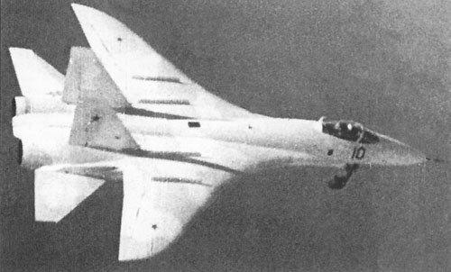 Первые прототипы часто выглядят неказисто.  Вот к примеру, ниже.  Узнаёте в нем грозного боевого красавца Су-27?
